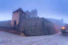 Chateau Beynac in de vroege ochtendmist Stock Fotografie