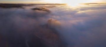 Chateau Beynac im Nebel am frühen Morgen Perigord Noir Dordogne Frankreich lizenzfreie stockfotos