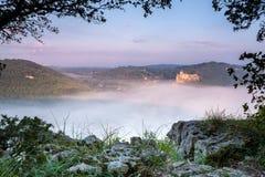 Chateau Castlenaud boven de vroege ochtendmist Royalty-vrije Stock Foto's