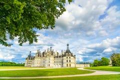 Chateau de Chambord, μεσαιωνικά γαλλικά κάστρο της ΟΥΝΕΣΚΟ και δέντρο. Loire, Γαλλία Στοκ Εικόνες