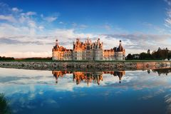Chateau de Chambord, el castillo más grande y reflexión en el valle del Loira Un sitio del patrimonio mundial de la UNESCO en Fra imagen de archivo libre de regalías