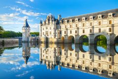 Chateau DE Chenonceau is een Frans kasteel die de Rivier Cher overspannen dichtbij Chenonceaux-dorp, de Loire-vallei in Frankrijk stock fotografie