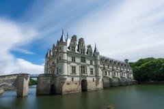 Chateau de Chenonceau mit blauem Himmel u. seidigem Fluss Lizenzfreie Stockbilder