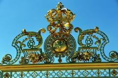 chateau de emblem främre port guld- o versailles Fotografering för Bildbyråer