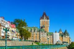 Chateau Frontenac och andra gamla stadsbyggnader, i Quebec City fotografering för bildbyråer