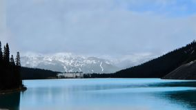 Chateau Lake Louise i kanadensiska steniga berg i vår Arkivfoton