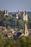 Chateau und Dorf, La Rochepot, Bugundy, Frankreich stockfotografie