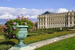 chateauen arbeta i trädgården versailles Royaltyfria Foton