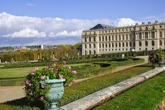 chateauen arbeta i trädgården versailles arkivbilder