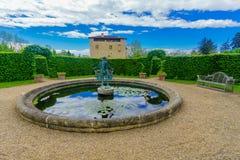 Chateauslott och dess tr?dg?rdar i St Bernard royaltyfri bild