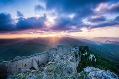 Chateaux Peyrepertuse på soluppgång arkivfoto