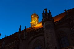 chatholic kościół przy błękitnym godzina wieczór obraz royalty free