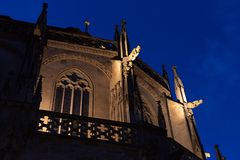chatholic kościół przy błękitnym godzina wieczór zdjęcie royalty free