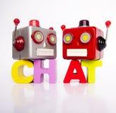 Chatiing di due retro teste del robot isolato su bianco immagini stock