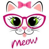 Chaton blanc mignon avec l'arc et les verres roses Copie de fille avec le minou pour le T-shirt Photos libres de droits