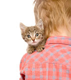 Chaton piaulant au-dessus de l'épaule d'un enfant d'isolement sur b blanc Photographie stock