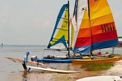 Chats de Hobie sur la Côte du Golfe du ` s de la Floride Photo stock