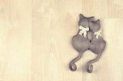 Chats de jouet d'argile sur un fond en bois Photographie stock
