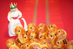 Chats de Lusse de Suédois pour le jour de Luciaavec Lucia se tenant à coté Image libre de droits