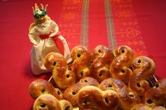 Chats de Lusse de Suédois pour le jour de Luciaavec Lucia se tenant à coté Images stock