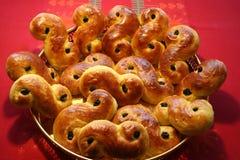 Chats de Lusse de Suédois pour le jour de Lucia- cuit au four avec le safran et les raisins secs Image stock