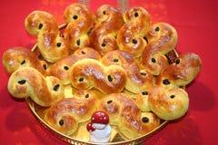 Chats de Lusse de Suédois pour le jour de Lucia- cuit au four avec le safran et les raisins secs Images stock