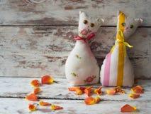 Chats faits main drôles de jouet sur le fond en bois, tissu de modèle Photos libres de droits