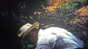 CHATTANOOGA, DE V.S. - 1955: Landbouwershand het graven van een stapel van meststof om de gewassen te voeden stock video