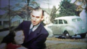 CHATTANOOGA, ETATS-UNIS - 1954 : Équipez la petite fille de taquinerie en dehors de la zone résidentielle banque de vidéos