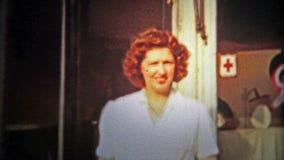 CHATTANOOGA, ETATS-UNIS - 1953 : Fille et mère en dehors de des cinq et épicerie générale de dixième de dollar banque de vidéos