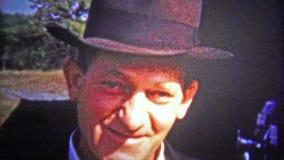 CHATTANOOGA, ETATS-UNIS - 1953 : Hommes simples des chapeaux et du tabagisme de port de chapeau feutré de jour banque de vidéos