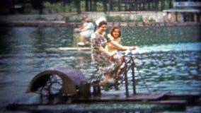 CHATTANOOGA, ETATS-UNIS - 1954 : Récréation de bateau de palette sur un lac public dans l'excitation d'été banque de vidéos