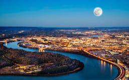 Chattanooga som är i stadens centrum på natten arkivbild