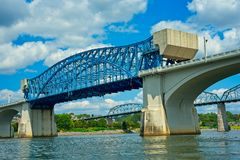 Chattanooga Tennessee broar underifrån arkivbild