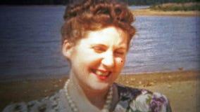 CHATTANOOGA, U.S.A. - 1955: La donna ha sgocciolatura di trucco in occhi durante il suo primo piano stock footage