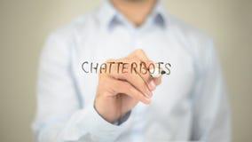Chatterbots, escrita do homem na tela transparente foto de stock