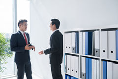 Chatting business people Royalty Free Stock Photos