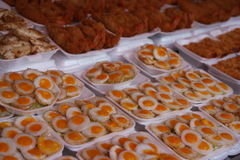 Chatuchak-Markt, Bangkok Fried Quail Eggs Stockfotos