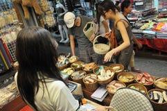chatuchaklokalmarknaden shoppar turister Arkivbild