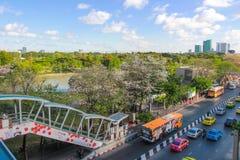 Chatuchakpark in de stad naast BTS-hemelstation en bus stock afbeelding