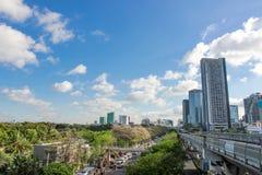 Chatuchakpark in de stad naast BTS-hemeltrein stock afbeeldingen