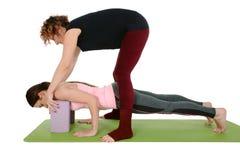 """Chaturanga Dandasana - a variação Quatro-Limbed da pose do pessoal com ioga sustenta correia ou bloco do †"""" foto de stock"""