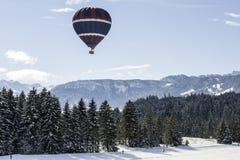 Chaud-air-ballon au-dessus du ski de fond photographie stock