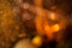 Or chaud et fond rouge de lueur d'une bougie de Noël Photo libre de droits