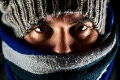 Chaud habillé par homme pendant un jour froid image stock