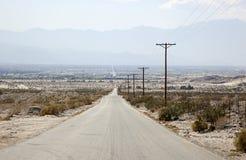 Chaud, poussiéreux, route arrière de désert Photos stock