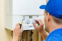 chaudière centrale installée par travailleur de chauffage au gaz image stock