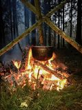 Chaudière de soupe dehors sur le feu images stock