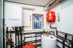 Chaudière intérieure de ménage avec le gaz et les chaudières électriques photographie stock libre de droits