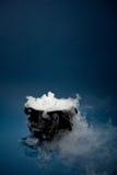 Chaudron : Chaudron fantasmagorique de Halloween avec de la fumée Photographie stock libre de droits